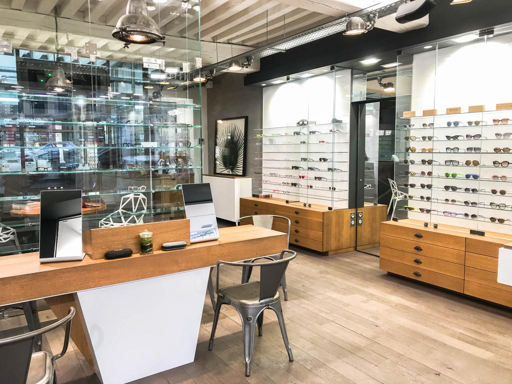 intérieur du magasin regart meilleur opticien lunetier à Lyon vue d'ensemble des vitrines