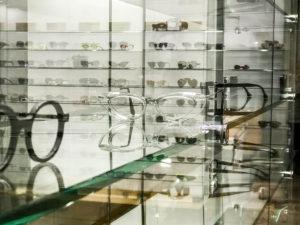 présentoir des lunettes de marques chez Reagart, meilleur opticien lunetier à Lyon transparence des vitrines
