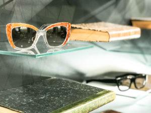 gros plan sur des lunettes de marque chez regart opticien lunetier à Lyon REG-ART détail lunettes