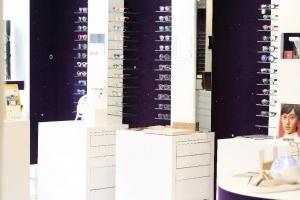 Opticien Paris 1 intérieur du magasin étagères à lunette del'opticien