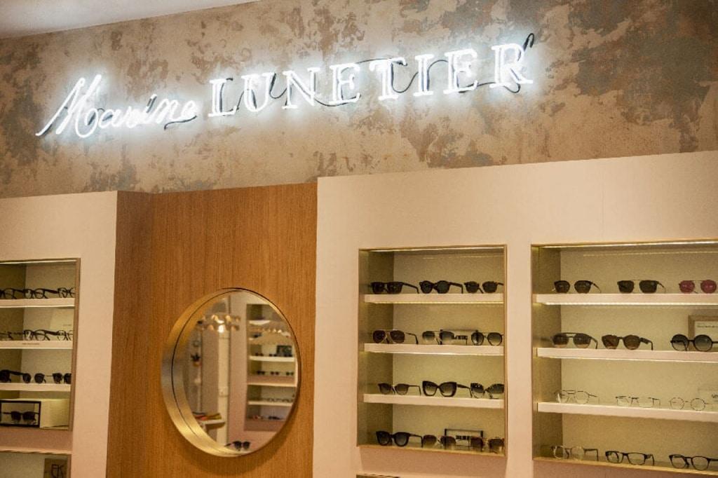 Etagères de présentation dans la boutique Chez l'opticien lunetier Marine à Troyes