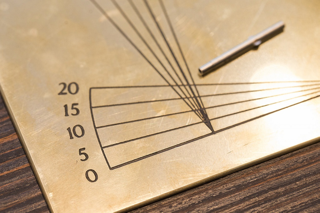 A paris 1, l'opticien présente un outil ancien de haute précision pour régler des lunettes