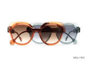 Paire de lunettes l'une orange, l'autre bleue pastel, createur de lunettes Res Rei modele Andromeda