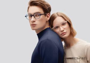 ,Une femme joue posée sur le dos d'un homme, createur de lunettes Res Rei modele PinaColada
