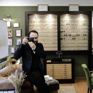 Photo de l'opticien lunetier reouven Derhy, prise dans son magasin à strasbourg