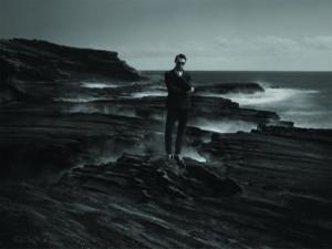 Jeune homme debout sur un rocher. Créateur de lunettes MATSUDA chez Eye-like
