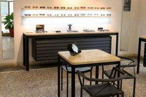 intérieur à Nimes de l'opticien Bonnetain table et vitrine