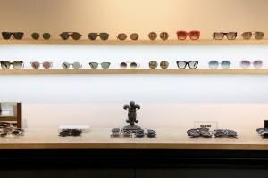Chez Bonnetain, opticien à nimes, étagères à lunette, de marques !