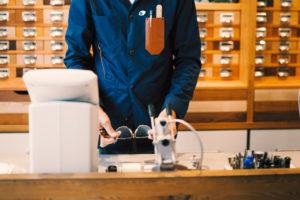 Opticien rectifiant une paire de lunettes chez Le Lunetier à Briançon