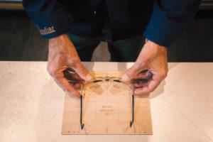 Pose de lunettes de marque sur une planche de bois