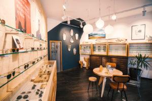 Intérieur du magasin avec des présentoir de lunettes de marque et accueil