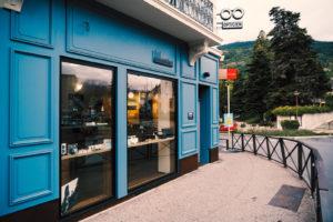 """Facade bleue du lunetier """"Le Lunetier"""" à briançon"""