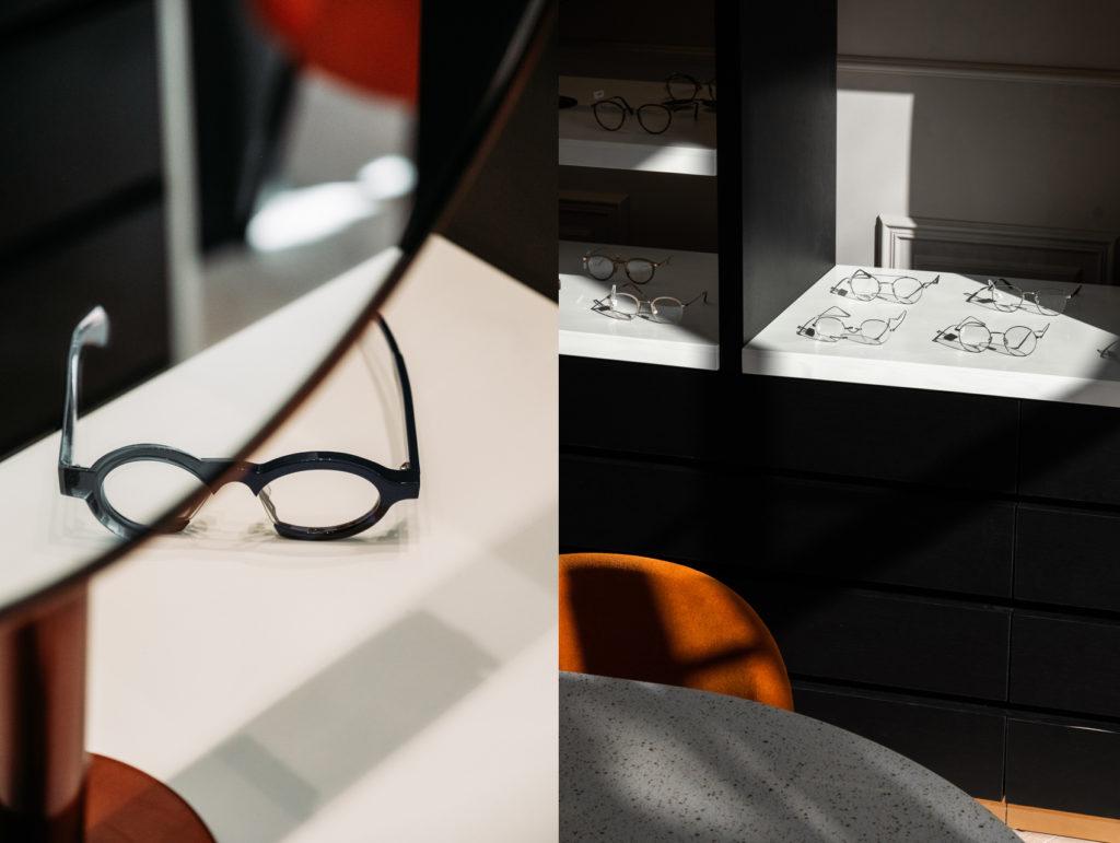 détail de lunettes, tables et présentoirs