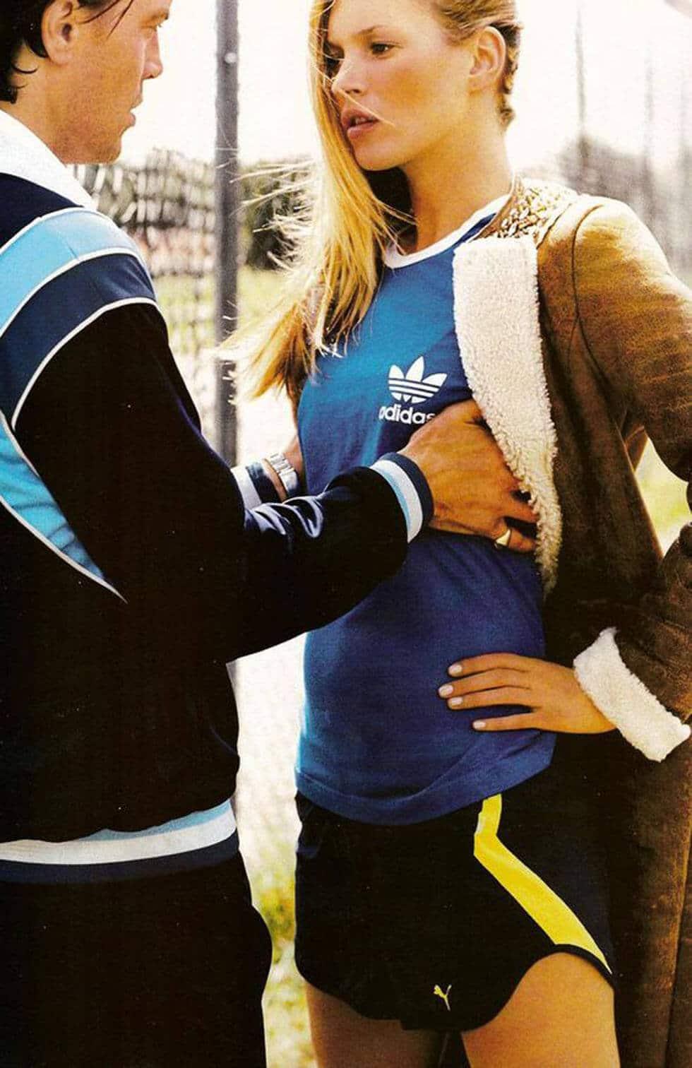 Photo de Kate Moss en survet et manteau. Les lunetiers sont curieux