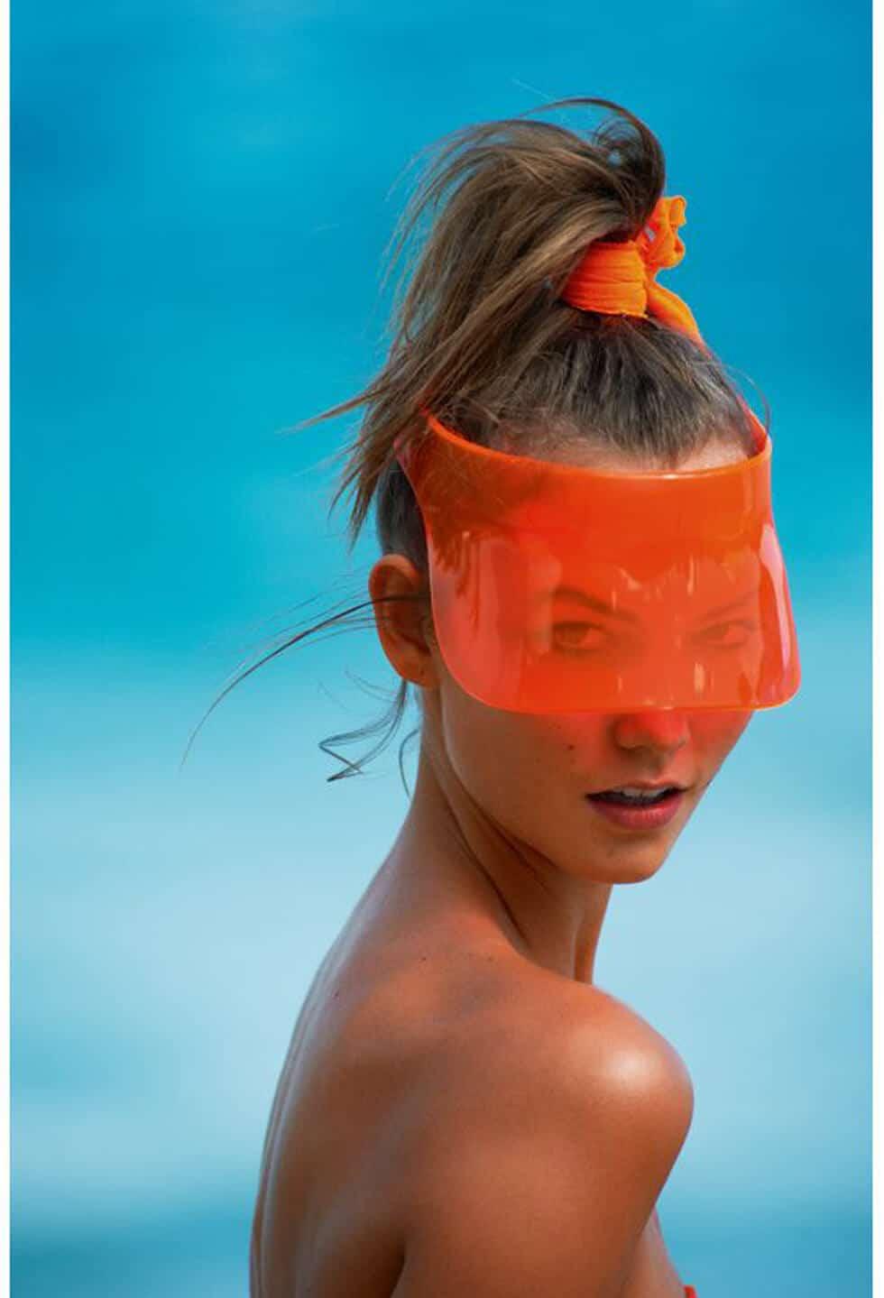 Photo de modèe portant un masque en guise de lunettes de soleil oranges.