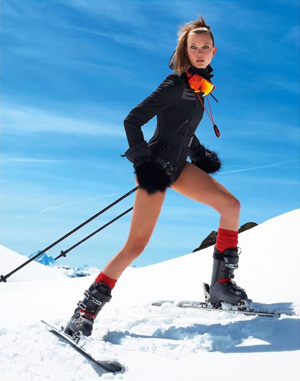 Photo de Karlie Kloss qui a posé ses lunettes de skis, et son jean.