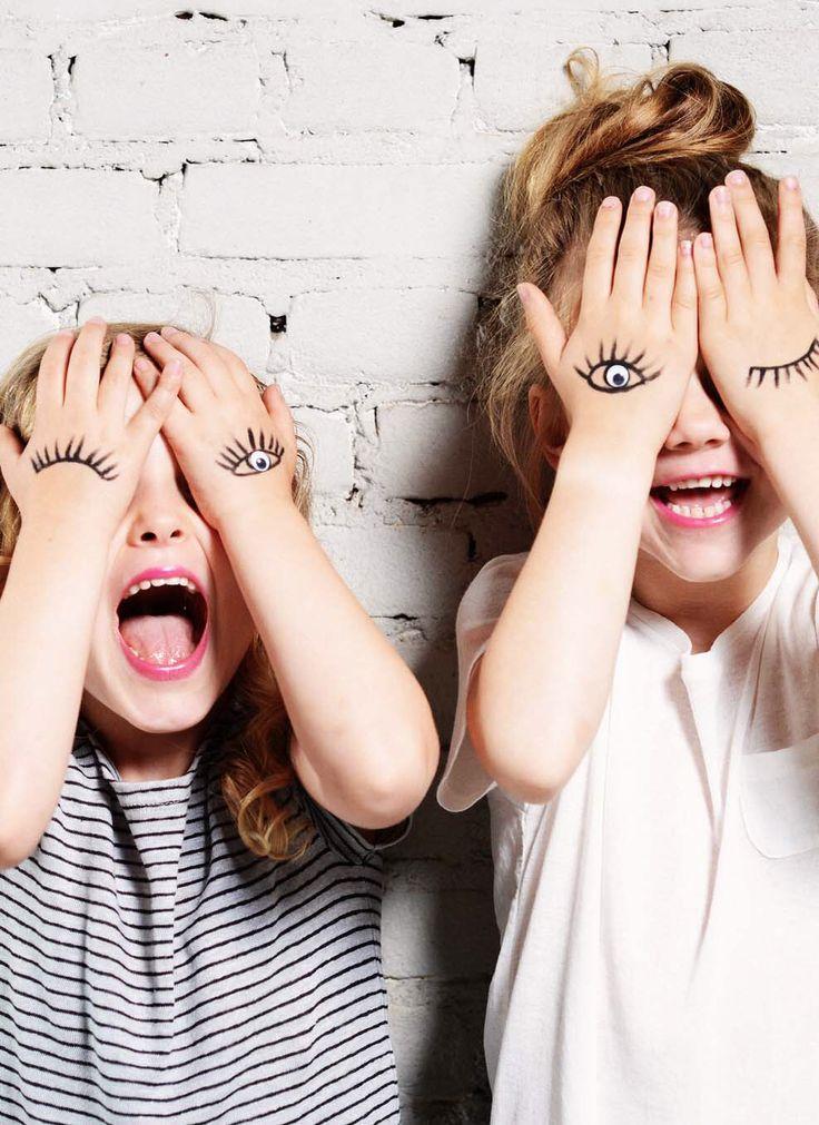 Lunettes d'opticien : Enfants jouant contre un mur avec leurs yeux et dautres dessinés sur leurs mains