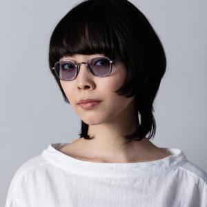 Jeune fille brune cheveux courts portant des lunettes Kame Mannen