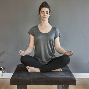 femme assise en position du lotus