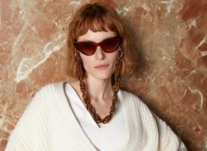 Buste jeune femme lunettes de soleil Kaleos