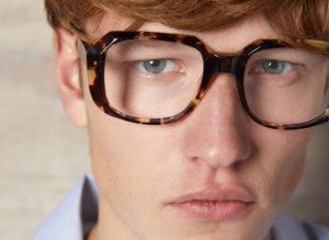 Visage jeune homme lunettes carrées Kaleos