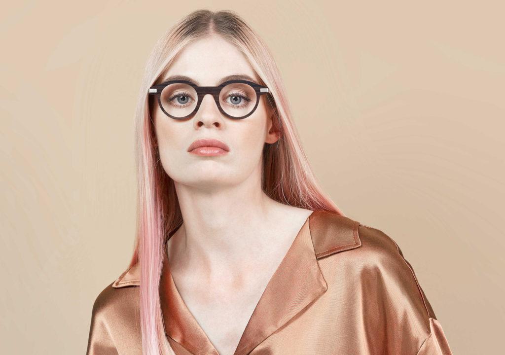 Portrait d'une jeune femme brune avec des lunettes. Zélie