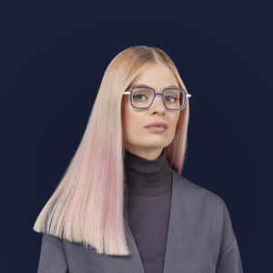 Portrait d'une jeune femme blonde avec des lunettes. Alice 18