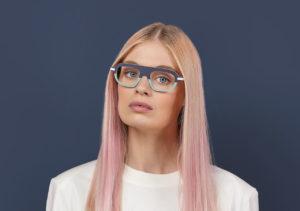 Portrait d'une jeune femme blonde avec des lunettes. Clément Lunetier 1