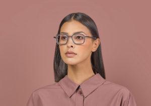 Portrait d'une jeune femme brune avec des lunettes. Clément Lunetier 2