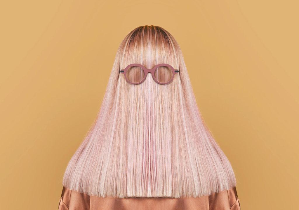 Portrait d'une jeune femme blonde de dos avec des lunettes. Clément Lunetier 3