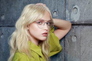 Jeune femme accoudée à un mur portant des lunettes Bay Bridge OP Masunaga