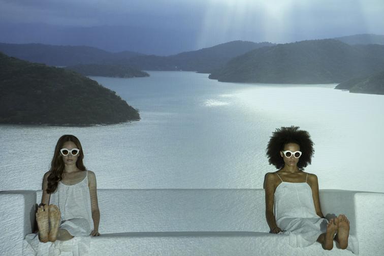 deux femmes assises sur une banquette avec des lunettes de soleil LAPIMA