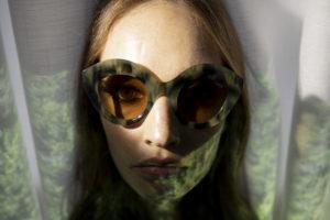 Visage d'une jeune femme sous l'eau avec des lunettes de soleil LAPIMA