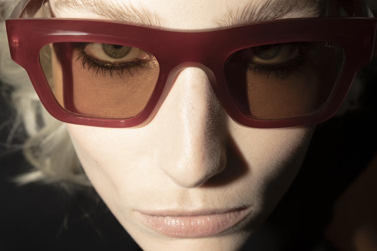 Portrait proche d'une jeune femme avec des lunettes de soleil LAPIMA