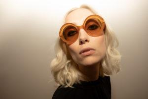 Portrait d'une jeune femme avec des lunettes de soleil LAPIMA
